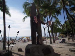 ハワイ ワイキキビーチ デュークカハナモク像
