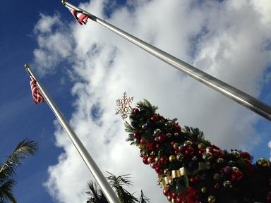 ハワイ オアフ島 ワイキキ クリスマスツリー ハワイ州旗 アメリカ国旗